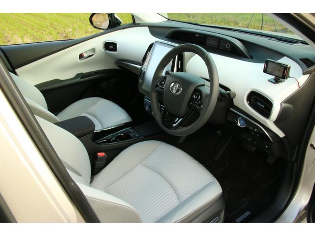プリウスPHVナビパッケージ金融車、運転席