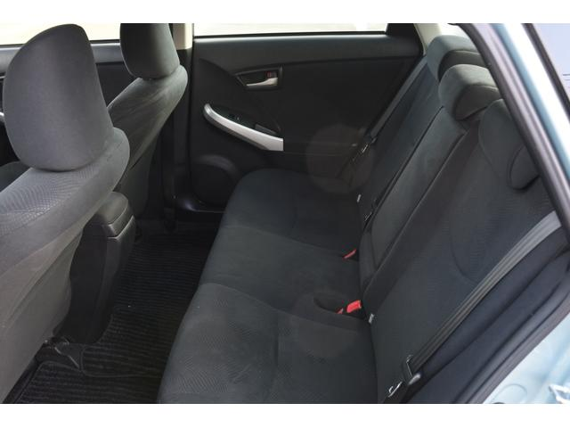 プリウスS金融車、後部座席