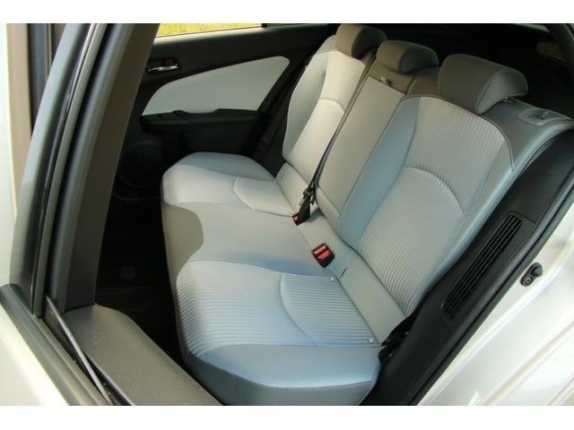 プリウスPHVナビパッケージ金融車、後部座席