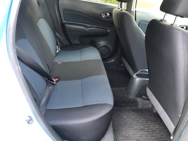 日産ノートX金融車、後部座席