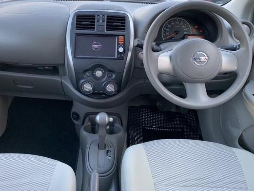 マーチ金融車、運転席