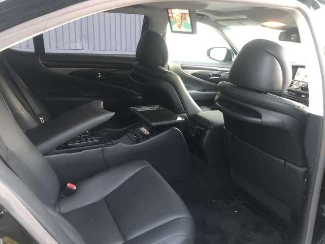 レクサスLS 600HL金融車、後部座席