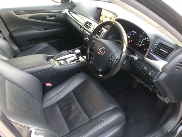 レクサスLS600HL金融車、運転席